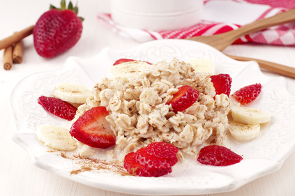 Cinnamon porridge with banana and berries
