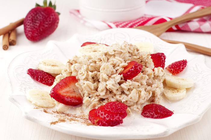 Cinnamon porridge with banana and berries