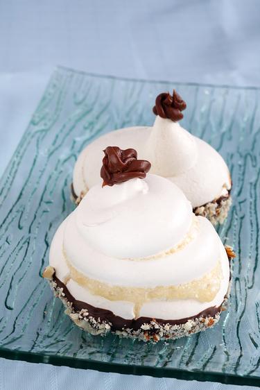 Mini meringues with hazelnuts and cream