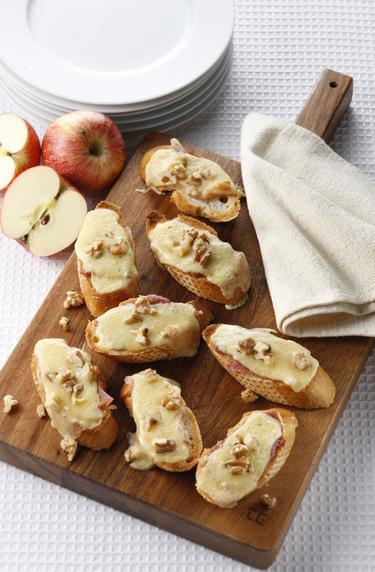 Parma ham, apple and cheese toasts