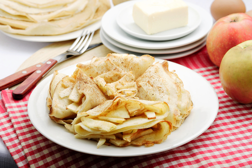Cinnamon crepes with apple