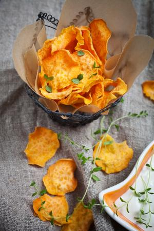 Sweet potato baked crisps with thyme