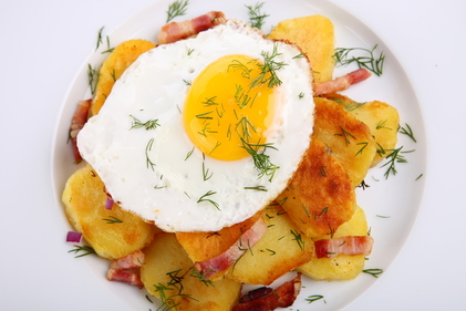Grilled ham and eggs with spicy chips