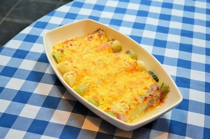 Cheesy leeks with ham bake