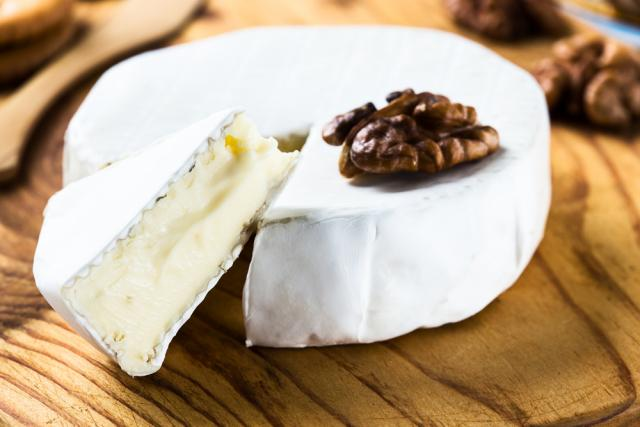 Brie salad with candied nuts and Moroccan fruit