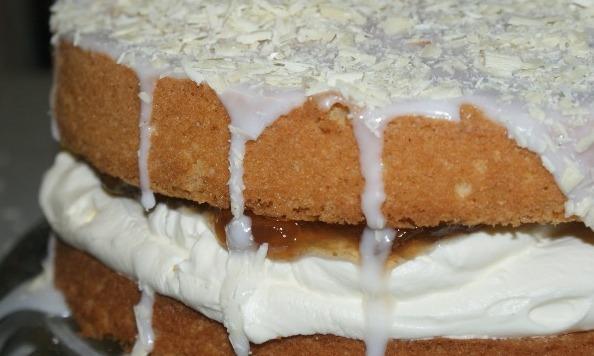Victoria sponge cake with cardamon, rosecream & rhubarb