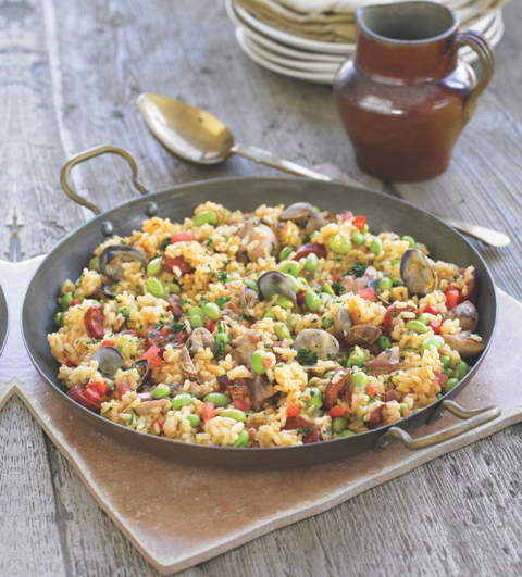Chicken and broad bean paella with clams