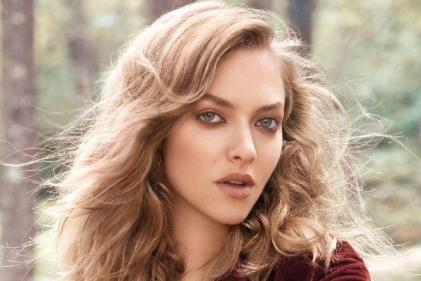Every mum should read Amanda Seyfrieds words about breastfeeding