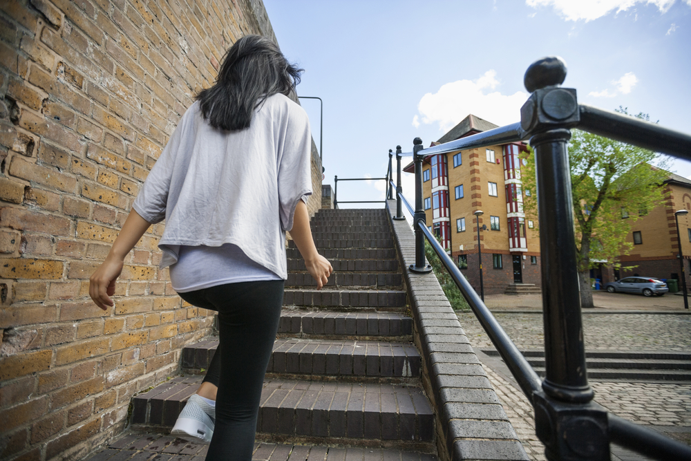 есть картинки девушка поднимается по лестнице вид сзади стояла